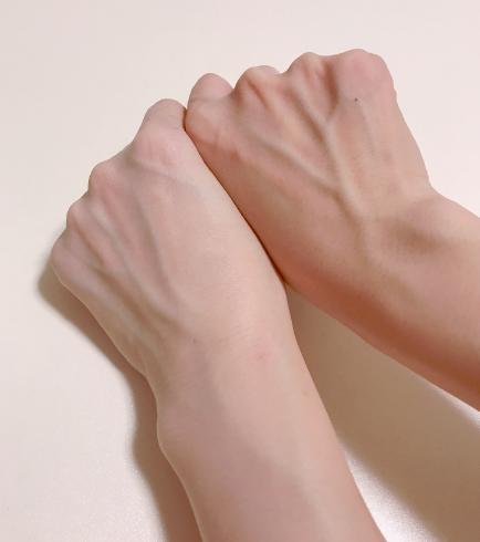 モウシロでトーンアップした腕と何も塗っていない腕の比較