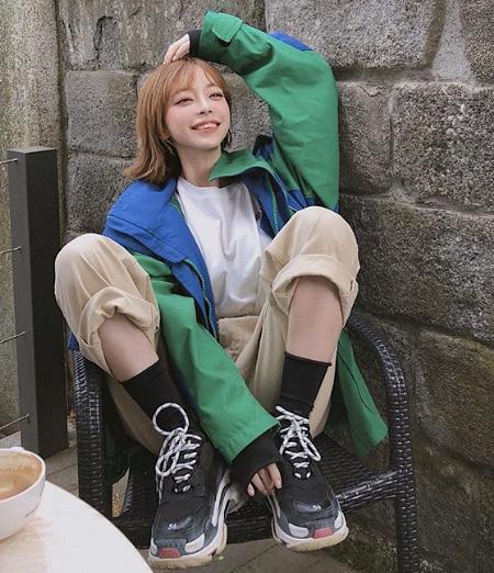 スニーカーを履く韓国オルチャン