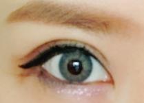 モダングロッシーのグレーカラコンを装着した目