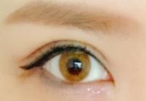 ヨーロピアンアイズシリコンのブラウンカラコンを装着した目
