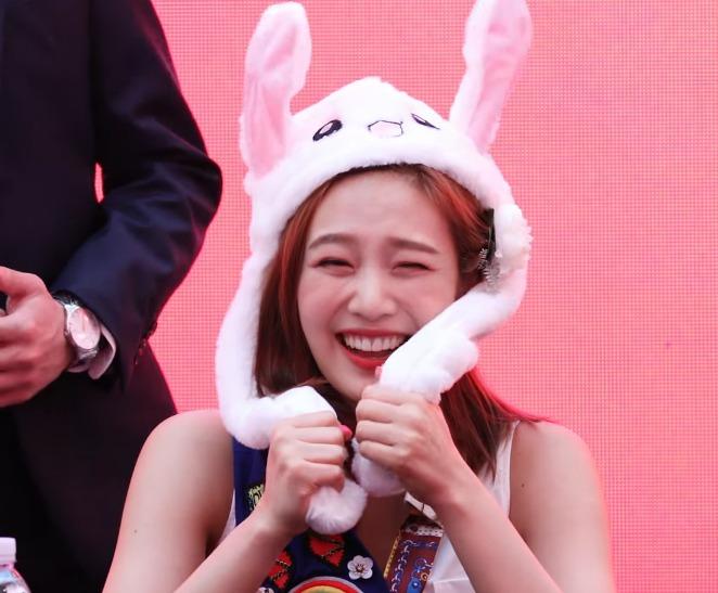 動くウサギ帽子(토끼모자)を被るK-POPアイドル