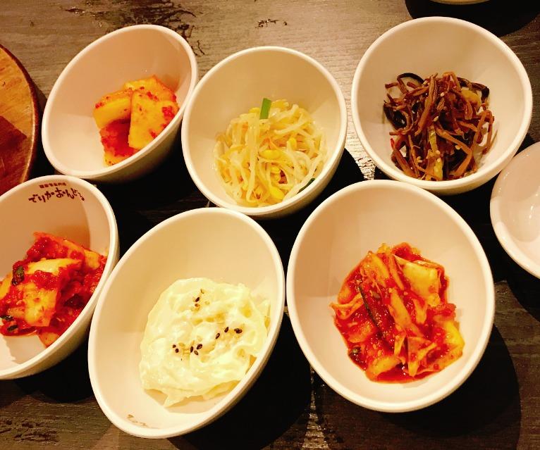 韓国料理店定番のおかず(パンチャン)も6品付いてくる!しかもお代わり自由!