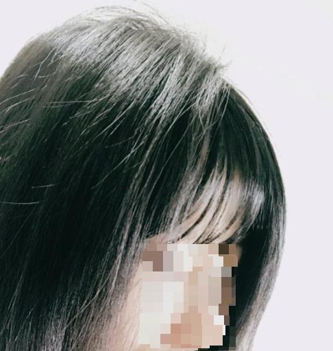 より自然に見せるために、前髪ウィッグをつけたてっぺん部分の地毛にボリュームを出す。