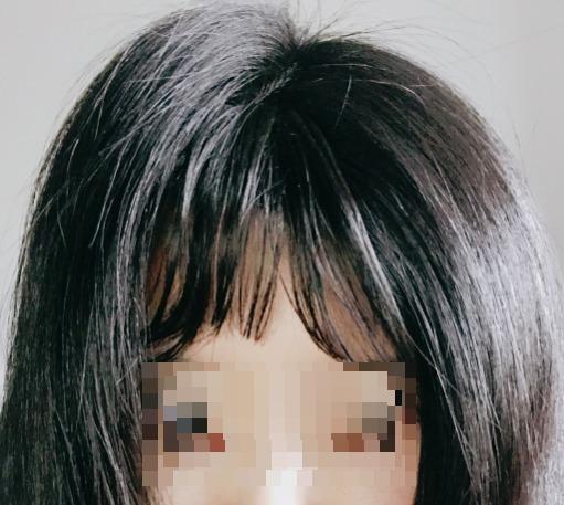 自然に見せるために、前髪ウィッグの両脇の地毛をウィッグに被せて馴染ませる。